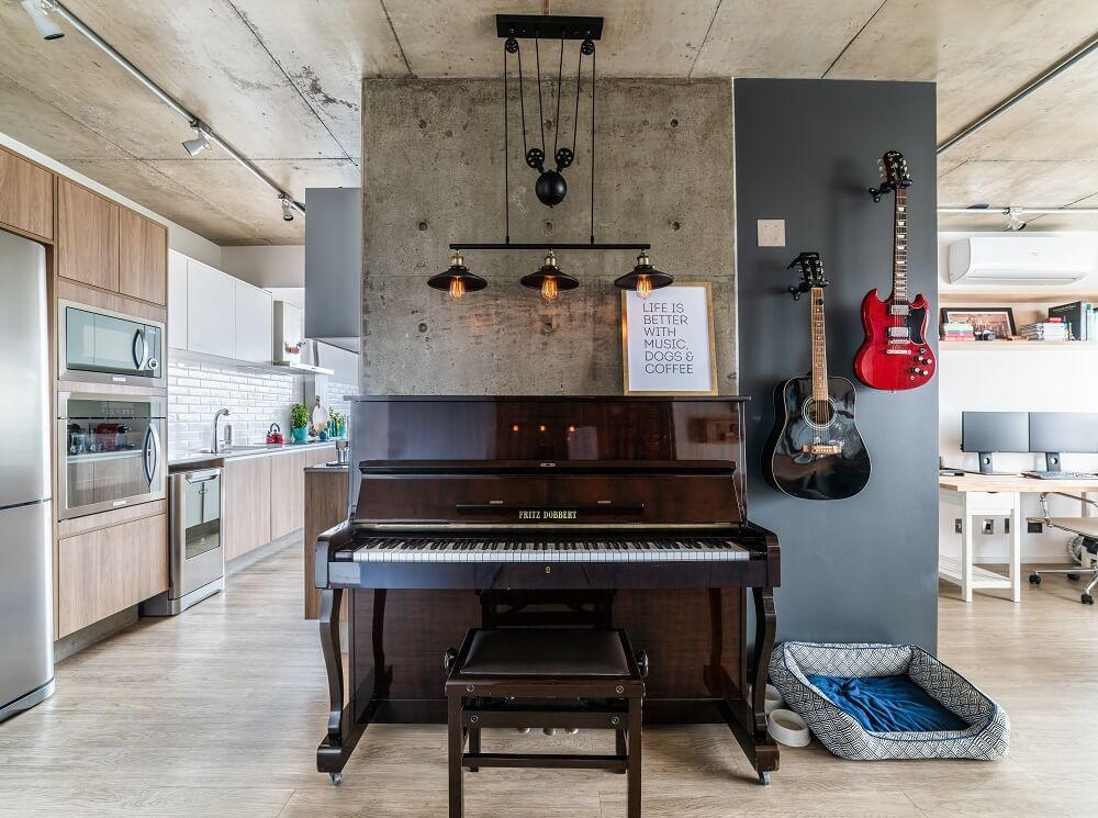 O cantinho musical se mistura ao estilo industrial. Foto: Guilherme Pucci