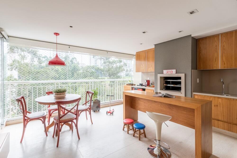 O espaço foi projetado para os churrascos de fim de semana e os momentos de relaxamento em família. Foto: Julia Herman