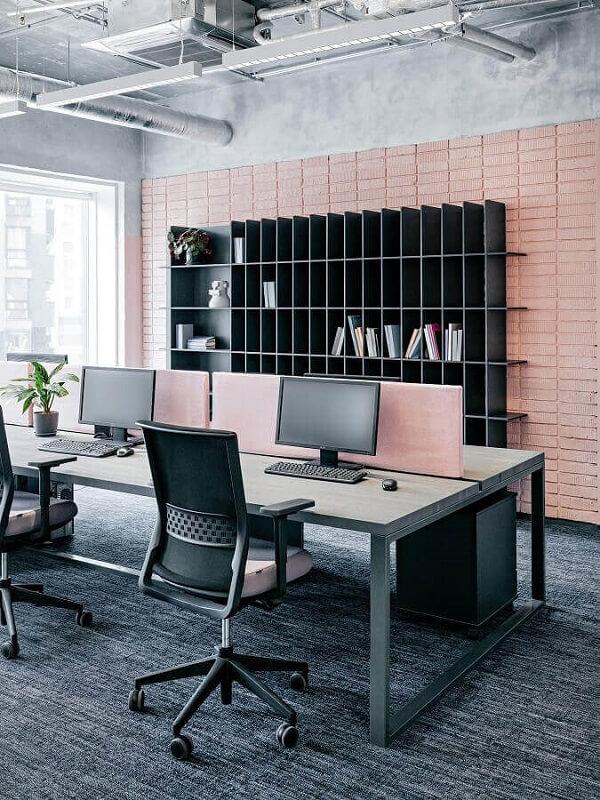 O gaveteiro para escritório preto foi posicionado embaixo da mesa de trabalho. Fonte: Fisol Home