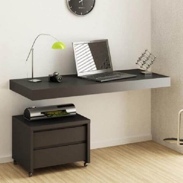 O gaveteiro preto com rodinhas permite que o móvel se desloque de um cômodo ao outro. Fonte: Pinterest