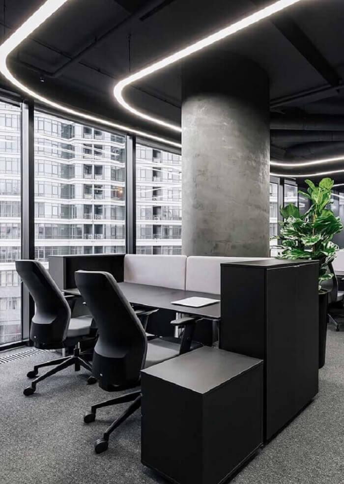 O gaveteiro preto para escritório se conecta com os demais móveis do espaço. Fonte: Wood Save