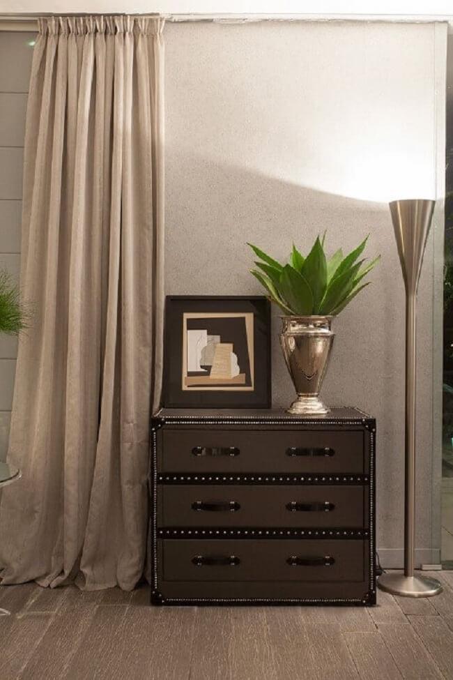 O gaveteiro preto pode ser utilizado em diferentes cômodos da casa. Projeto de Brunete Fraccaroli