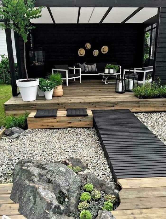 O jardim com pedras complementa a decoração da entrada do espaço moderno. Fonte: Revista Viva Decora