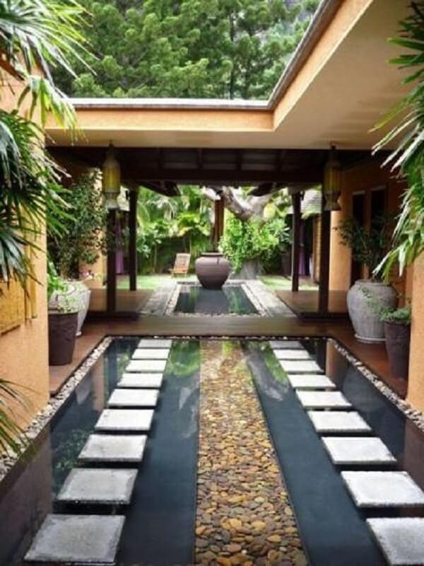 O jardim com pedras de rio são perfeitas para compor um espelho d'água. Fonte: Pinterest