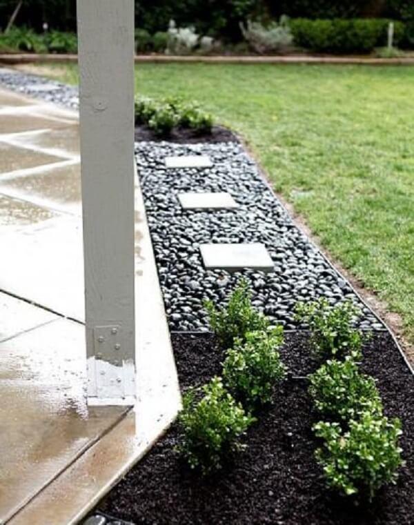 O jardim decorado com pedras contorna todo o imóvel. Fonte: Pinterest
