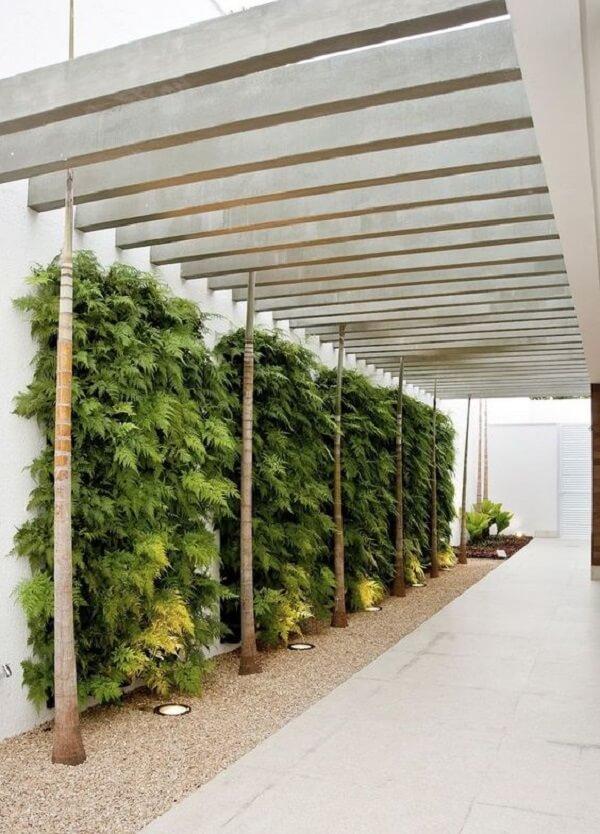 O jardim vertical traz um toque verde para a lateral da cobertura para garagem. Fonte: Pinterest