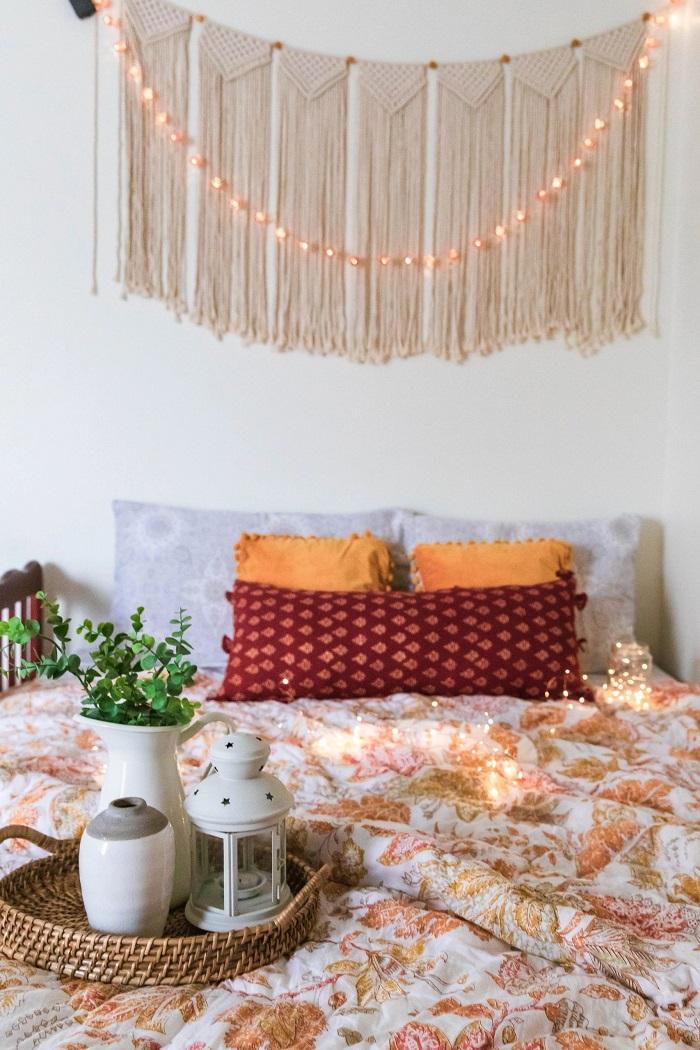 O macramê é uma peça artesanal muito usada na decoração de quartos, pois traz bem-estar e aconchego. Fonte: Unsplash