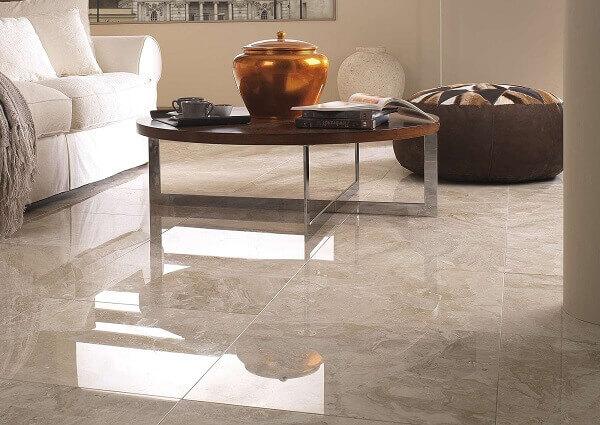Sala com piso bege marmorizado