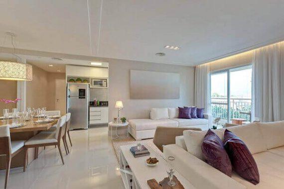 Sala clássica com piso bege e móveis claros