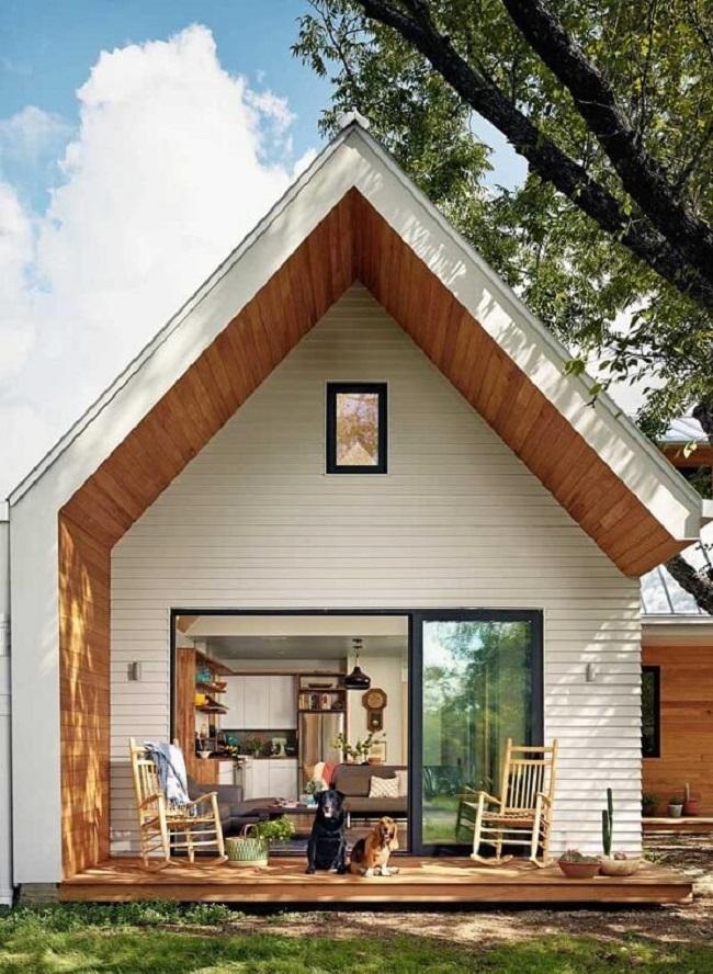O revestimento externo em madeira deixou a fachada da casa ainda mais aconchegante. Fonte: Pinterest