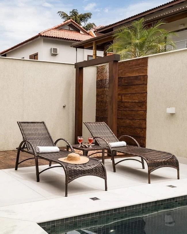 O revestimento para área externa marca os espaços de chuveiros no quintal. Fonte: Ferrassa & Pickler