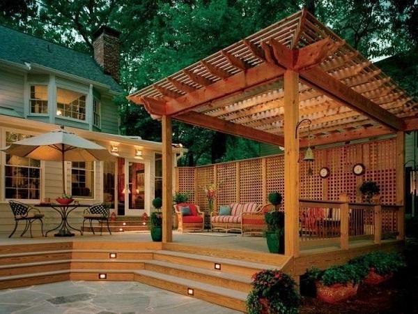 O revestimento para varanda externa em madeira se conecta com o pergolado. Fonte: Revista Viva Decora