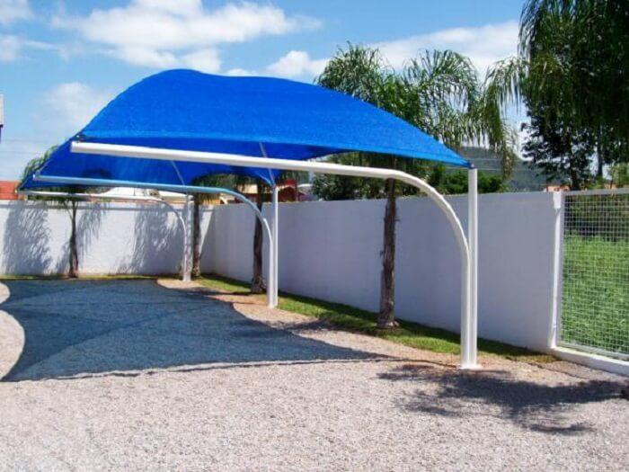 Os modelos de cobertura para garagem de lona são muito comuns em estacionamentos. Fonte: Pinterest