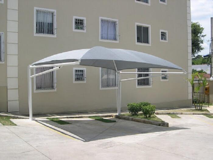 Os modelos de cobertura para garagem de lona são também muito usados em condomínios residenciais. Fonte: Pinterest