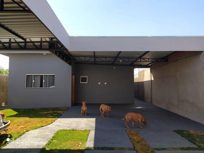 Os moradores dessa residência optaram por incluir uma cobertura de ferro para garagem. Fonte: Construindo um sonho