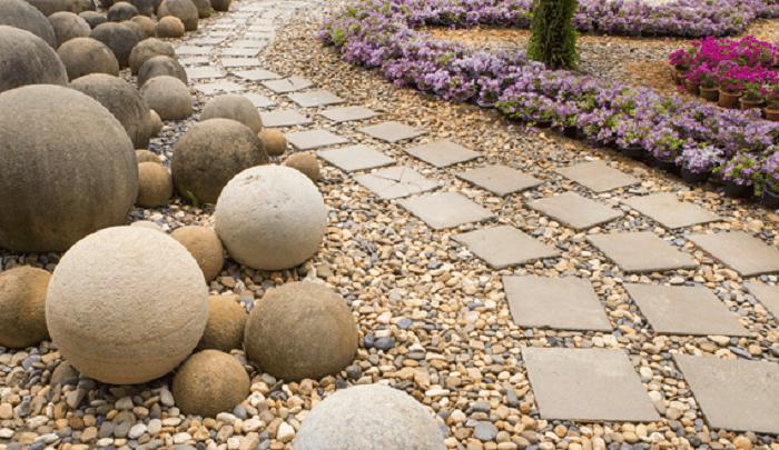 Os seixos naturais podem ser usados para completar caminhos. Fonte: Pinterest