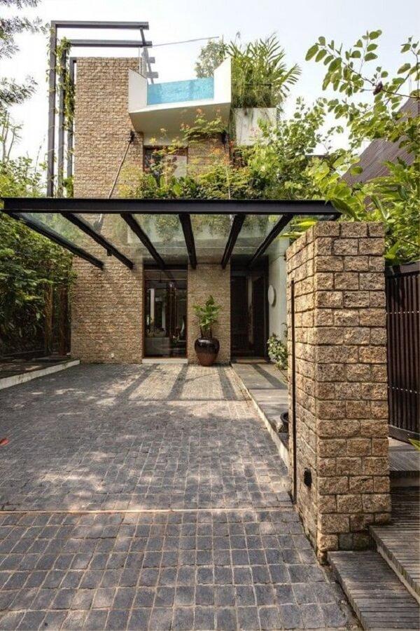 Parede de tijolinho aparente e cobertura de vidro para garagem. Fonte: Revista Viva Decora