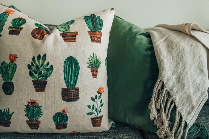 Peças artesanais em casa: o artesanato têxtil é outro componente comum à sala de estar. Fonte: Unsplash
