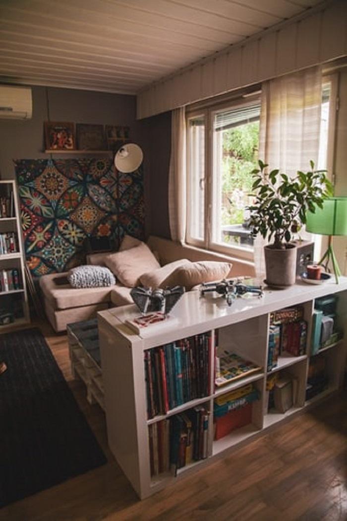 Peças artesanais em casa: você pode inserir elementos artesanais em sua sala de estar através de uma parede galeria. Fonte: Unsplash