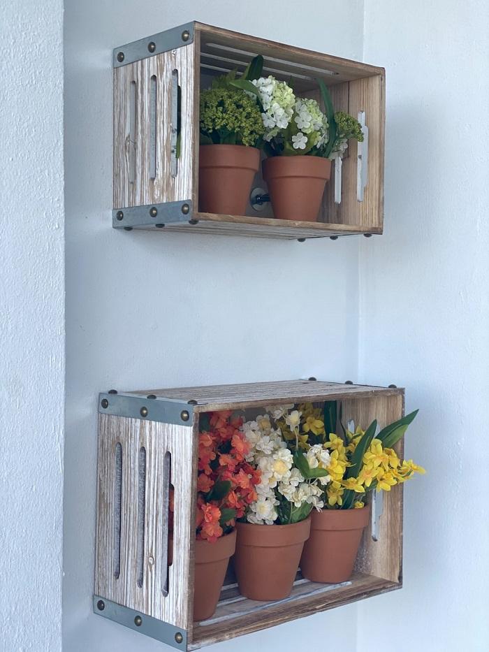 Peças artesanais em casa: os caixotes de madeira podem servir de apoio para vasos de plantas. Fonte: Unsplash