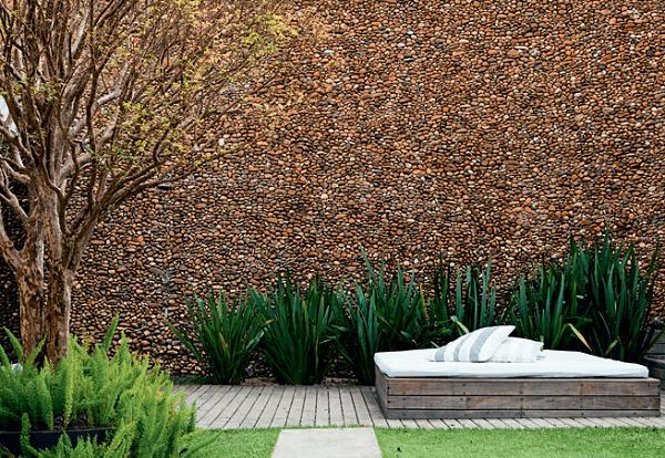 Pedras para revestimento externo do tipo seixo marrom. Fonte: Pinterest