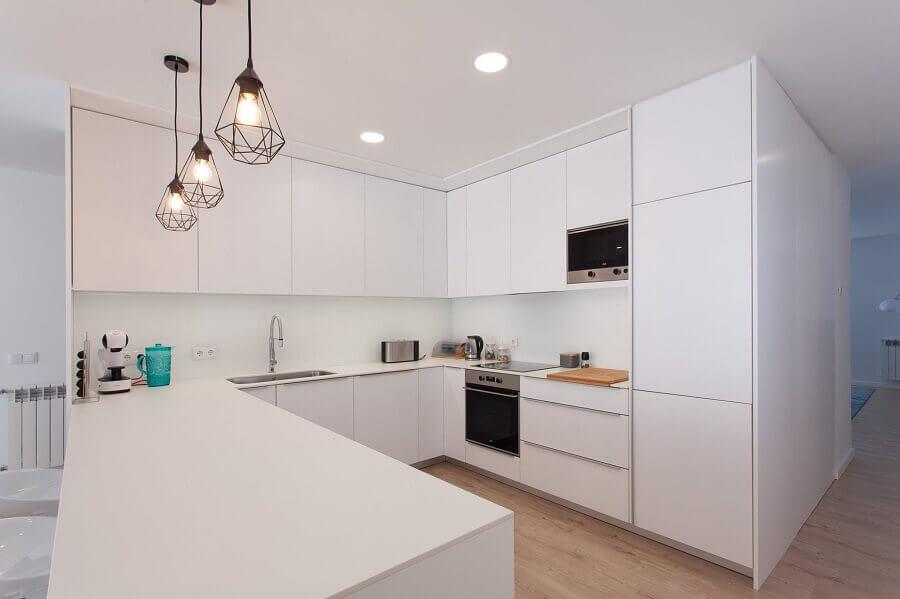 Pendente aramado para decoração de cozinha branca planejada Foto Habitissimo