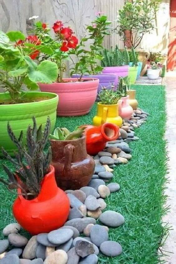 Pinte os vasos do jardim para ter um ambiente colorido é uma das melhores ideias para jardim