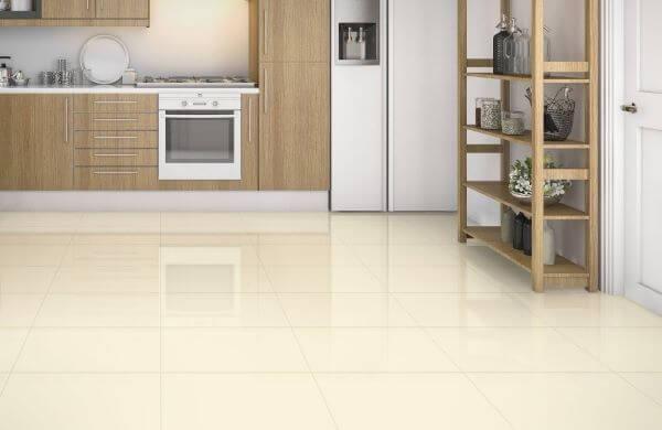 Piso bege claro para cozinha com armários de madeira
