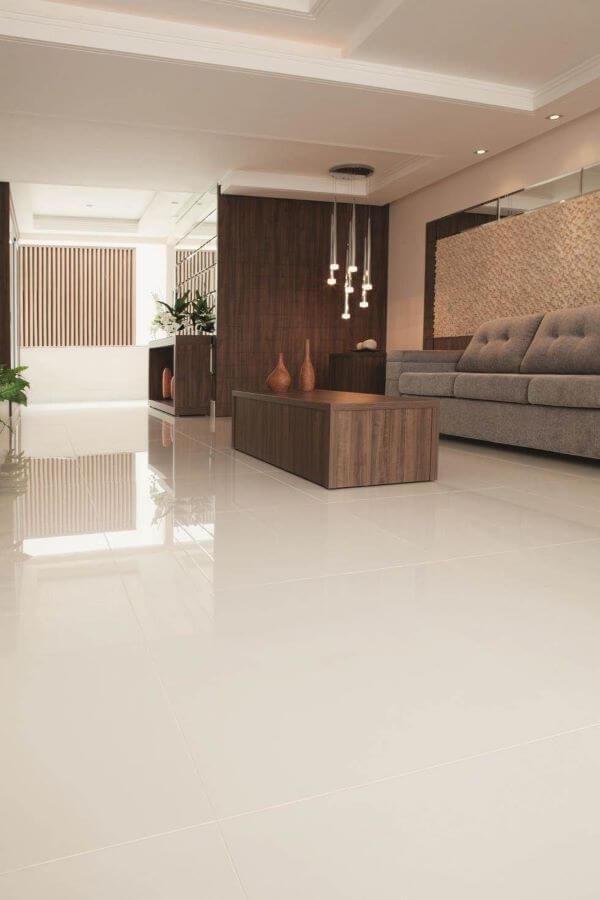 Piso bege na sala com sofá cinza