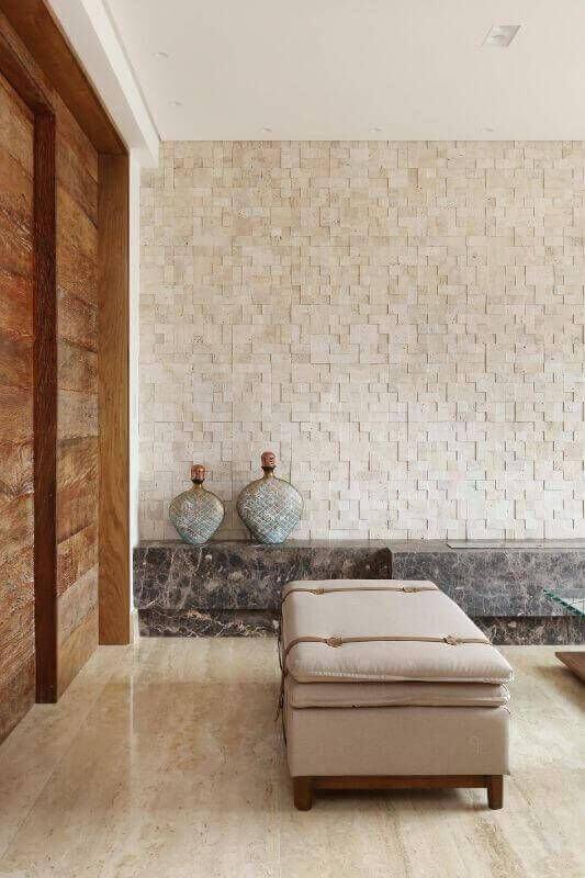 Piso bege na sala de estar chique com revestimento 3D na parede