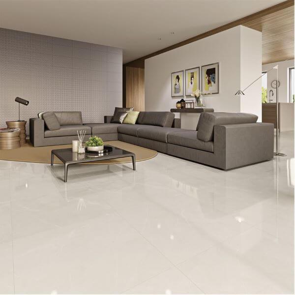 Piso bege na sala de estar clássica e sofá cinza