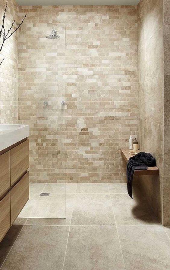 Piso bege para banheiro moderno com armários de madeira
