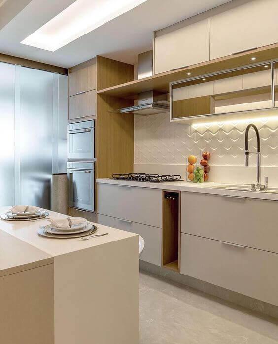 Piso bege para para cozinha branca com revestimento 3D