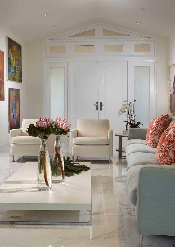 Piso bege polido na sala de estar clássica