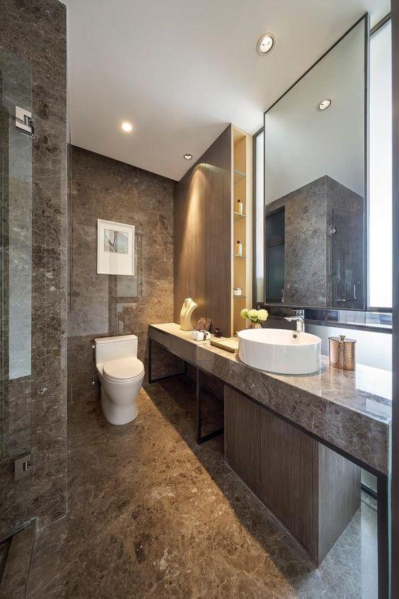 Piso marrom claro marmorizado para banheiro moderno