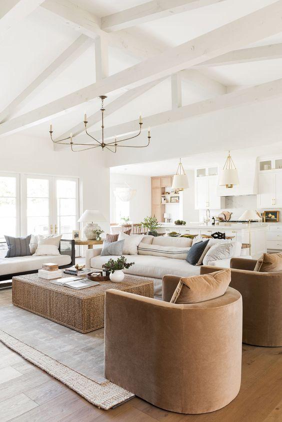 Piso marrom claro para sala de estar com sofá bege