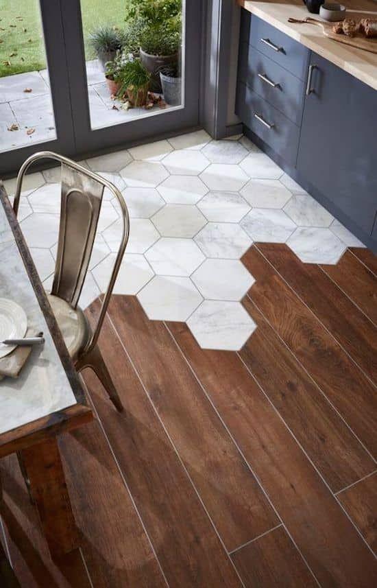 Piso marrom com azulejo marmorizado