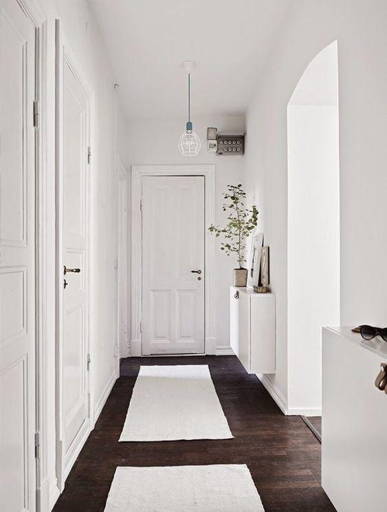 Piso marrom com decoração branco
