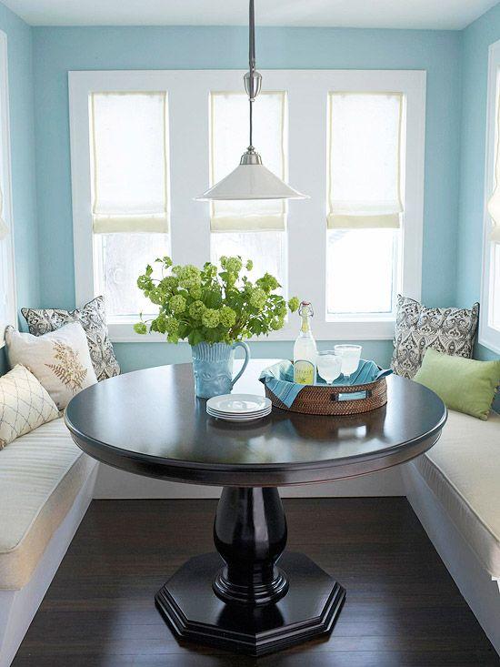 Piso marrom com decoração em tons de azul claro
