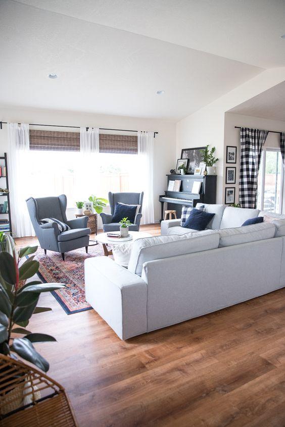 Piso marrom de madeira sofá bege