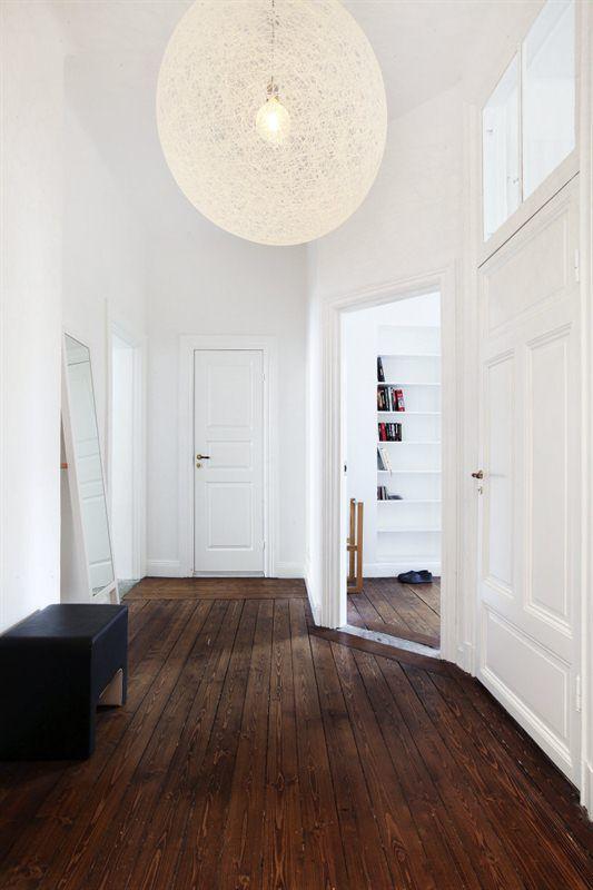 Piso marrom laminado com casa branca