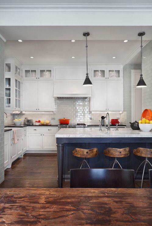 Piso marrom na cozinha branca e azul