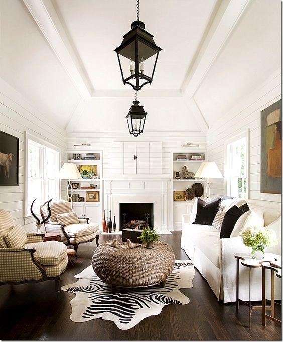 Piso marrom na sala de estar com móveis planejados branco