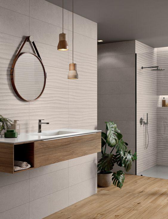 Porcelanato 3D na parede do banheiro com piso amadeirado