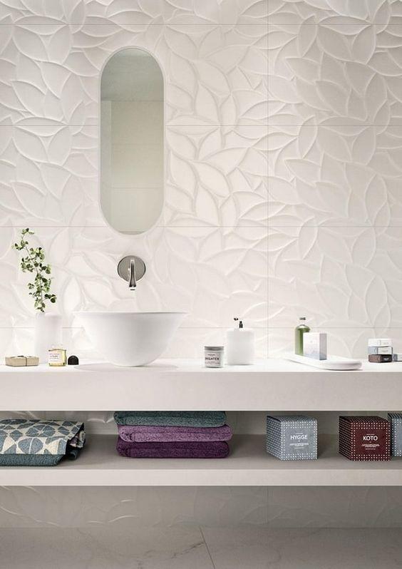 Porcelanato 3D no banheiro em formato de folhas