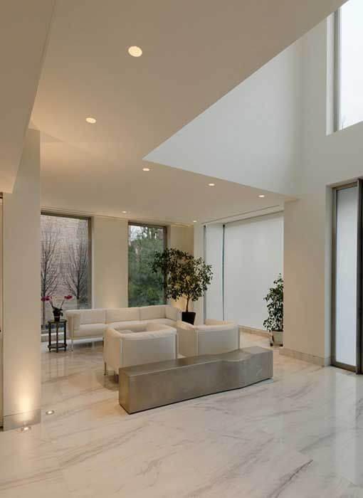 Porcelanato marmorizado branco como piso da sala de estar