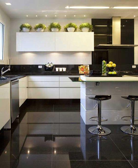 Porcelanato preto na cozinha moderna