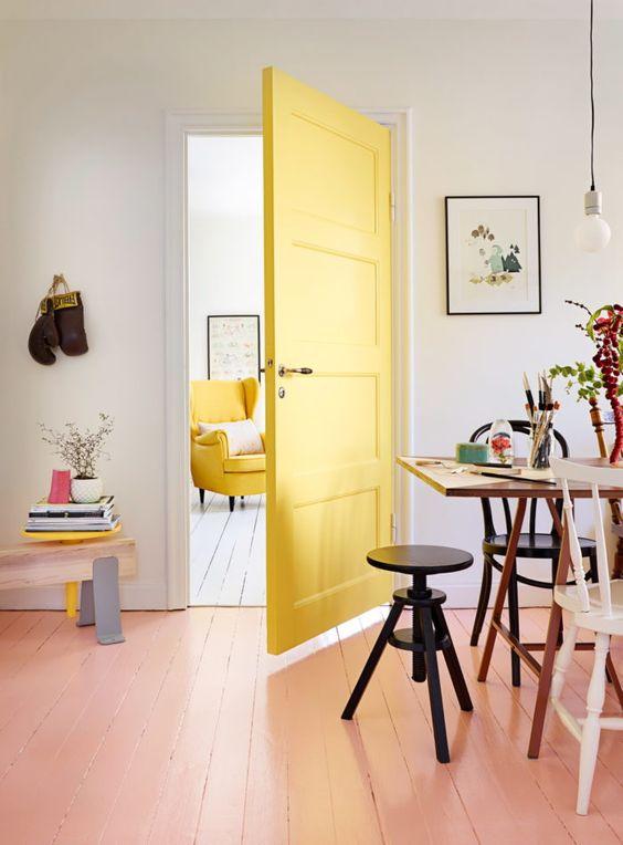Porta amarela para sala de jantar moderna