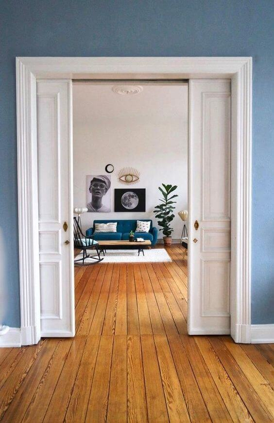 Porta de correr branca na sala azul