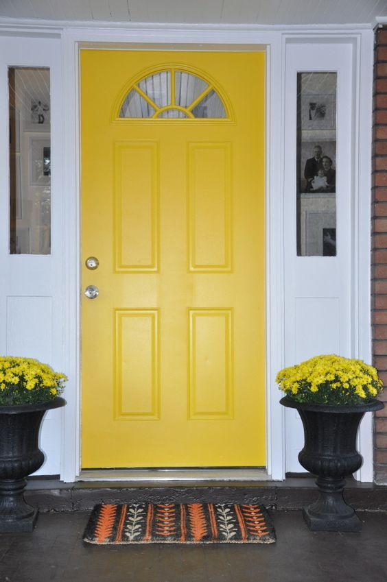 Porta de madeira para sala amarela